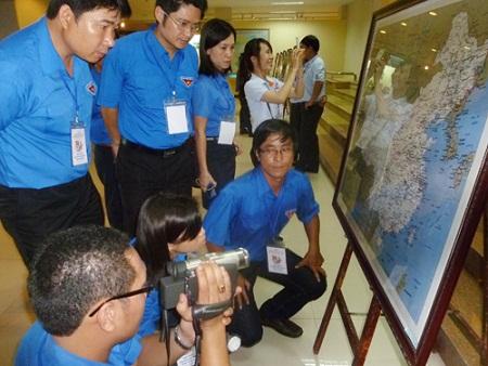 """Các bạn trẻ tham quan và ghi lại những hình ảnh của cuộc triển lãm """"Hoàng Sa của Việt Nam - Những bằng chứng lịch sử"""""""