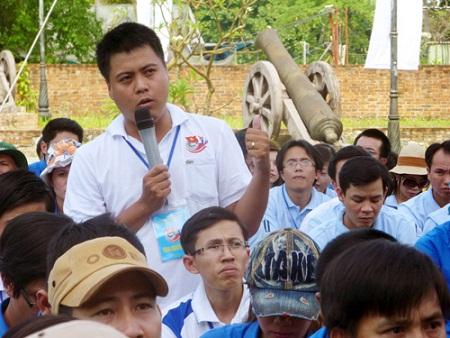 Bạn Trần Đình Hà (Ngân hàng NN-PTNT Đà Nẵng thuộc Đoàn khối Doanh nghiệp Đà Nẵng) đặt câu hỏi trong buổi giao lưu