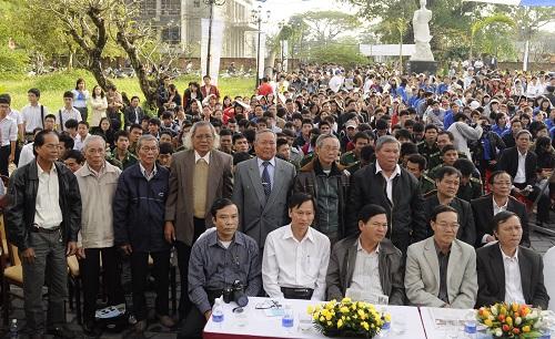 Những nhân chứng từng sống và chiến đấu vì Hoàng Sa (hàng đứng) đến tham dự triển lãm tư liệu Hoàng Sa tại Bảo tàng Đà Nẵng sáng ngày 20/1/2012. Ảnh: Võ Văn Hoàng.