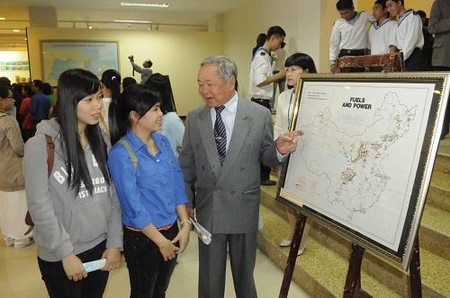 Nhân chứng Phạm Khôi đang kể chuyện Hoàng Sa cho các bạn trẻ đến tham dự triển lãm. Ảnh: Võ Văn Hoàng.
