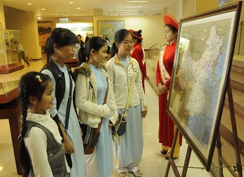 Các em học sinh Đà Nẵng đang xem tư liệu khẳng định chủ quyền của Việt Nam đối với Hoàng Sa và Trường Sa tại triển lãm. Ảnh: Võ Văn Hoàng.