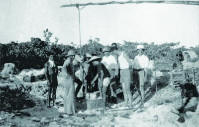 Quang cảnh đào giếng nước ngọt trên đảo Hoàng Sa (1938).